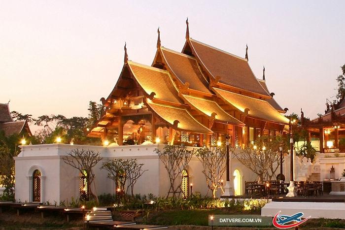 Chùa Chiang Mai về chiều tối rực sáng ánh đèn